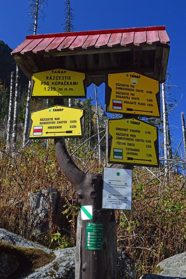 De wandelaars voorzien 2 in Hoge Tatra-bergketen van wegwijzers stock fotografie