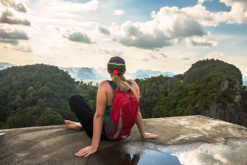 De wandelaarvrouw bewondert het regenwoud van Thailand stock foto
