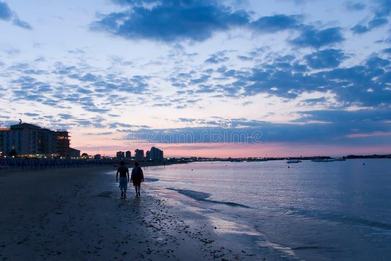 De wandeling van de zonsondergang stock foto