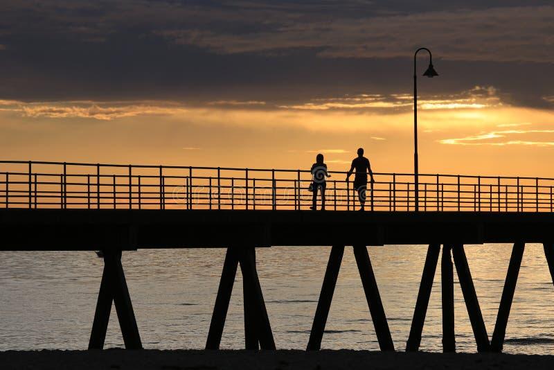 De Wandeling van de zonsondergangpier stock foto