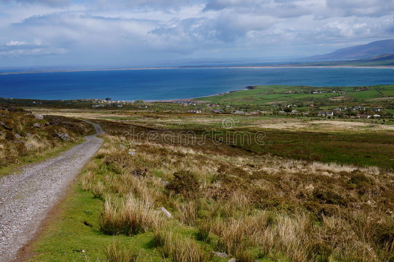 De wandeling van omhoog de berg in Ierland royalty-vrije stock foto