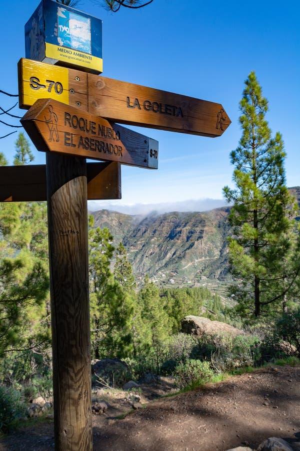 De wandelingsslepen met voorzien van wegwijzers, lopend routes in bergen op Gran Canaria-eiland, Kanarie, Spanje royalty-vrije stock afbeeldingen