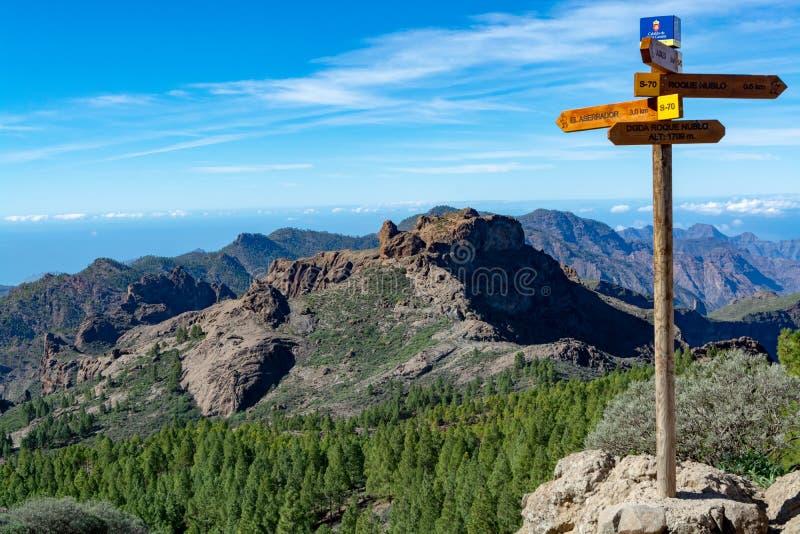 De wandelingsslepen met voorzien van wegwijzers, lopend routes in bergen op Gran Canaria-eiland, Kanarie, Spanje royalty-vrije stock foto