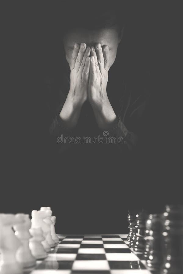 De wanhopige persoon heeft verkeerd en zal waarschijnlijk het schaakspel verliezen stock fotografie