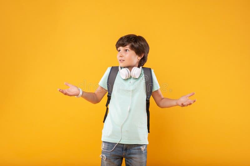 In de war gebrachte jongen die zijn schooltas dragen royalty-vrije stock foto