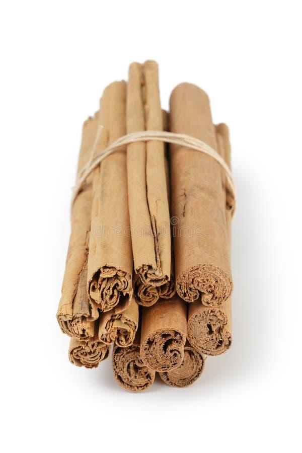 De ware die pijpjes kaneel van Ceylon met streng worden gebonden stock foto's