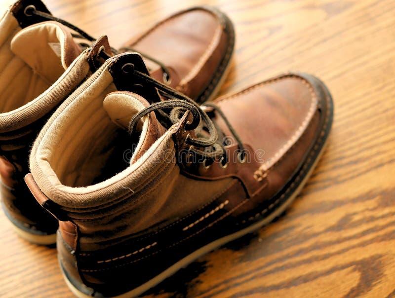 De warme laarzen van de de wintermanier op houten achtergrond royalty-vrije stock foto's