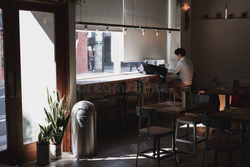 De warme minimale stijl van de koffiewinkel royalty-vrije stock afbeelding