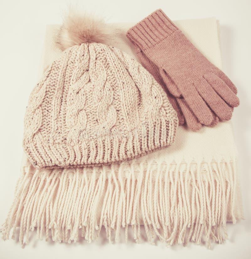 De warme winter breide kleren - hoed, sjaal, handschoenen op een witte achtergrond stock foto's