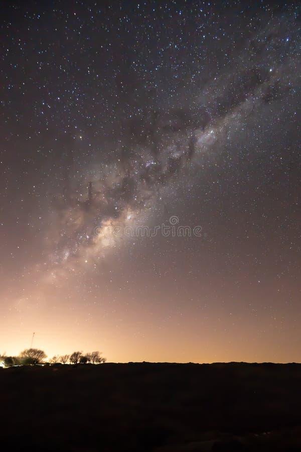 De warme zonsonderganggloed en de volledige melkachtige maniernacht schoten van Zuidelijk Argentinië in Patagonië stock foto's