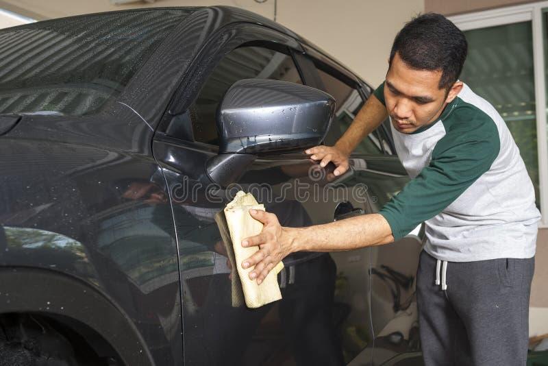 De wasauto ` s van de mensenarbeider op een autowasserette Het schoonmaken concept stock afbeeldingen