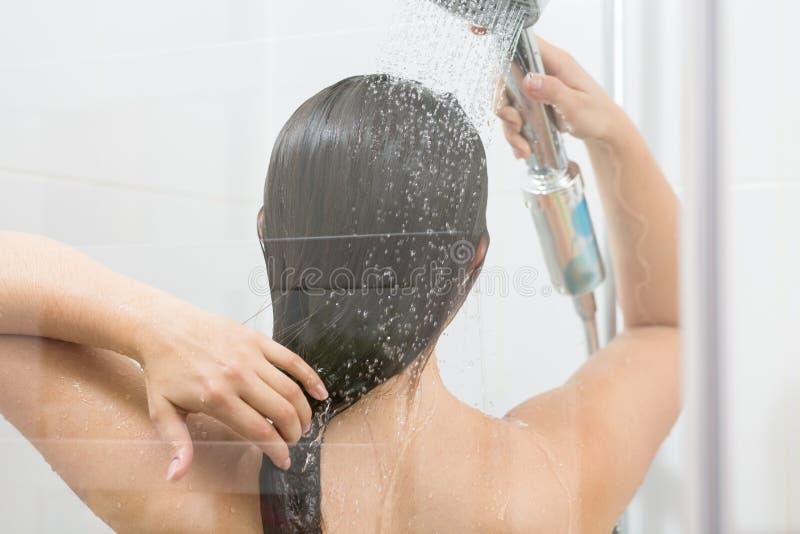 De washaar van het meisje onder douche stock afbeeldingen