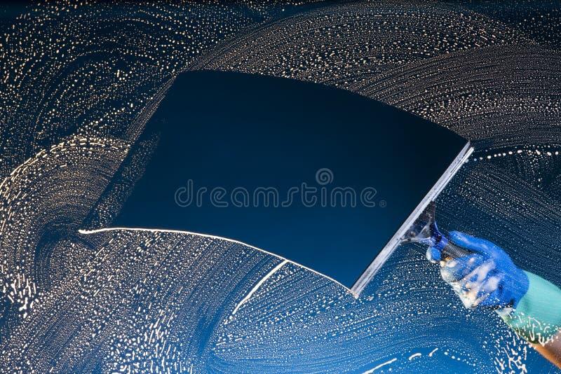 De wasmachine schoonmakend glas van het venster stock foto's