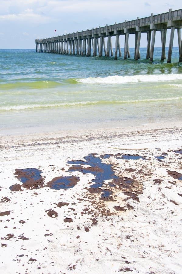 De wassen van de olie aan wal in Strand Pensacola stock afbeelding