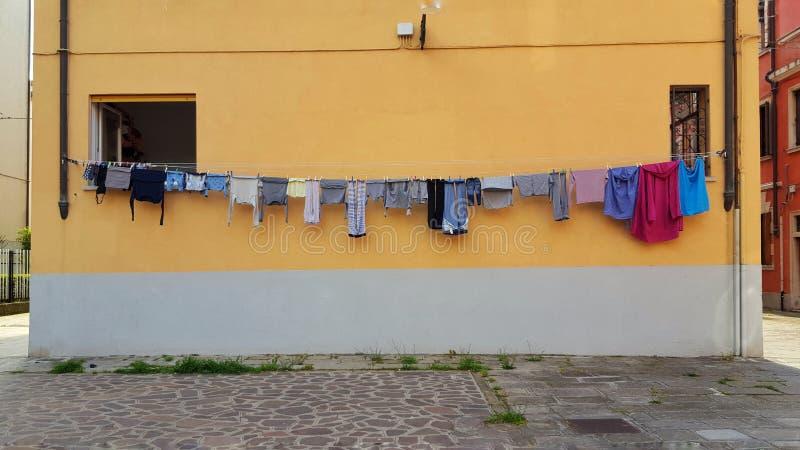 De wasserijdag in Venetië, Italië, kleedt het hangen van de te drogen bouw stock fotografie
