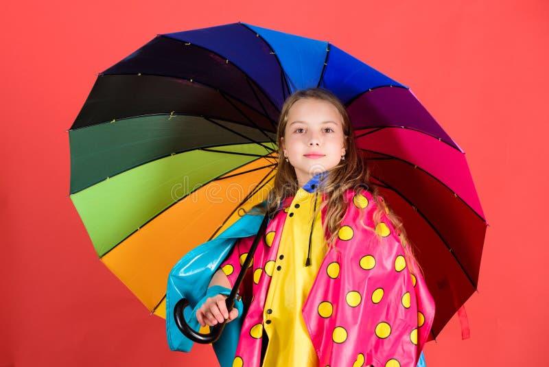De waterdichte toebehoren maken regenachtige dag vrolijk en prettig Van de de greep kleurrijke paraplu van het jong geitjemeisje  stock afbeeldingen