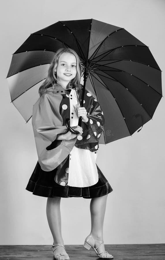 De waterdichte toebehoren maken regenachtige dag vrolijk en prettig Zeker in haar dalingskledingstukken Waterdichte toebehoren royalty-vrije stock foto's