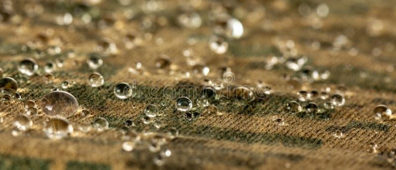 De waterdruppeltjes op vochtigheids bestand stof sluiten omhoog royalty-vrije stock foto