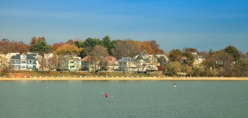 De waterfront van Boston met boten in de buurt van het water in Massachusetts in de herfst royalty-vrije stock afbeeldingen