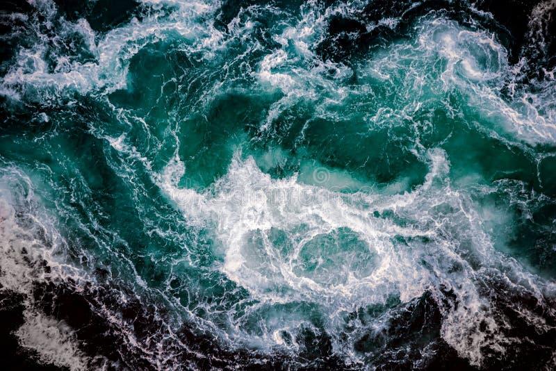 De watergolven van de rivier en de zee komen elk samen royalty-vrije stock foto's