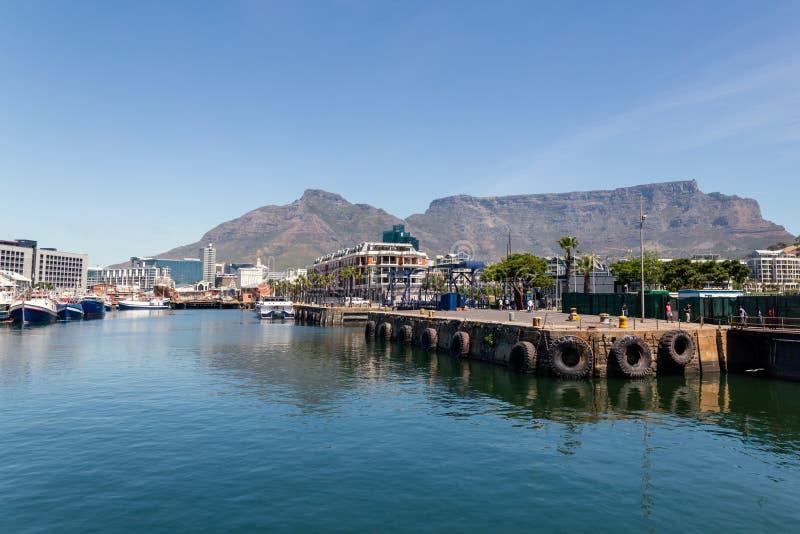 De waterkant van Cape Town en de mening van de Lijstberg van de haven royalty-vrije stock fotografie