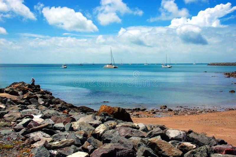 De waterkant van het Airliestrand, Queensland, Australië stock foto's