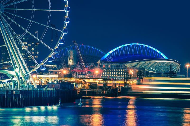 De waterkant van Seattle bij nacht royalty-vrije stock fotografie