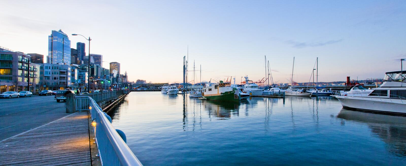 De waterkant van Seattle dichtbij aquarium met jachthaven en boten. stock afbeelding