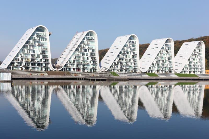 De waterkant van Vejle in Denemarken met golf woningbouw genoemd bolgen in Deens royalty-vrije stock afbeelding