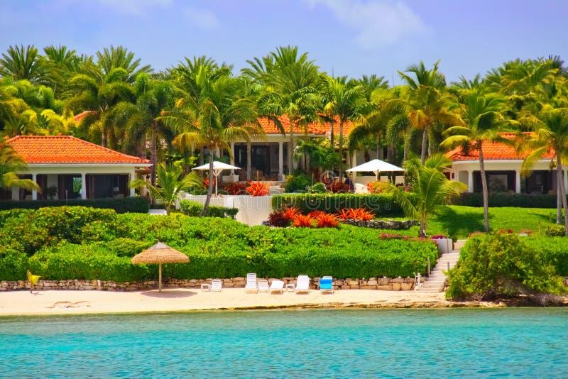 De waterkantherenhuis van de luxe met strand op Antigua royalty-vrije stock foto