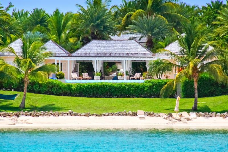 De waterkanthuis van de luxe met pool op Antigua stock foto's