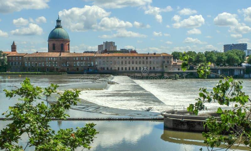 De waterkering over de rivier Garonne, Toulouse, Frankrijk stock fotografie