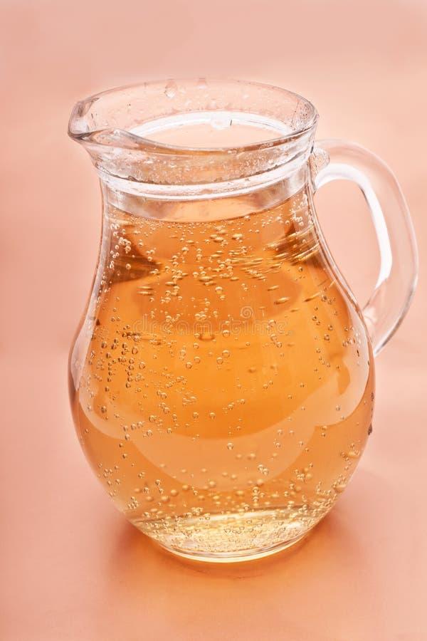 De waterkruik van het glas limonade stock foto's