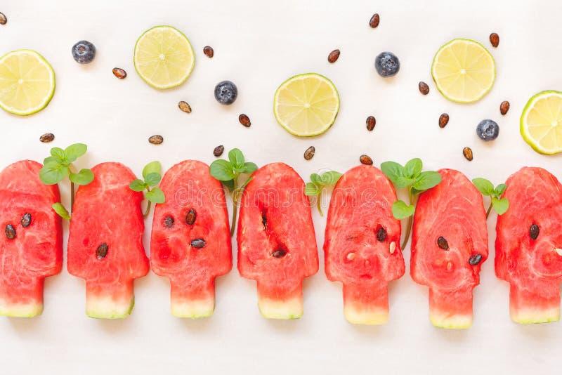 De watermeloenplak, kalk en bosbes van de roomijsvorm royalty-vrije stock afbeeldingen