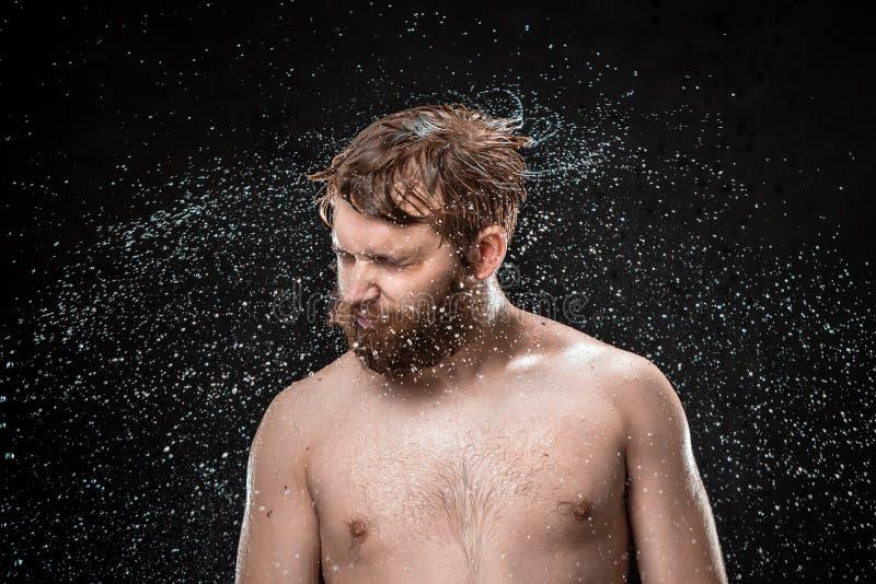 De waterplons op mannelijk gezicht stock foto's