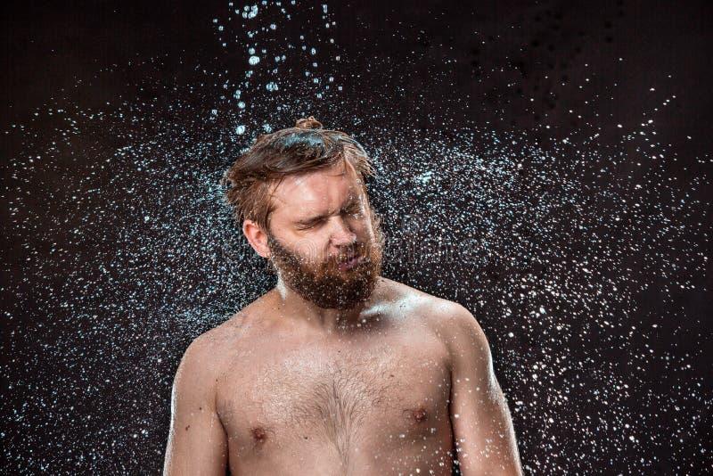 De waterplons op mannelijk gezicht royalty-vrije stock foto