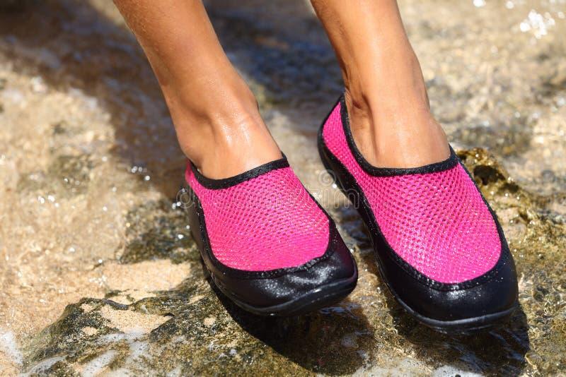 De waterschoenen/zwemmen schoen in Roze neopreen stock fotografie