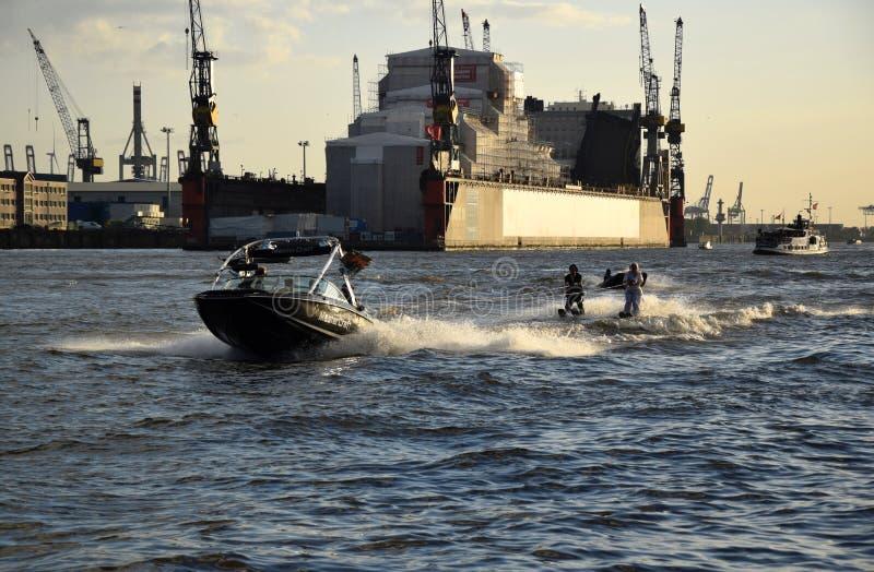 De waterski toont, Hafengeburtstag St pauli-Landungsbrucken stock foto's