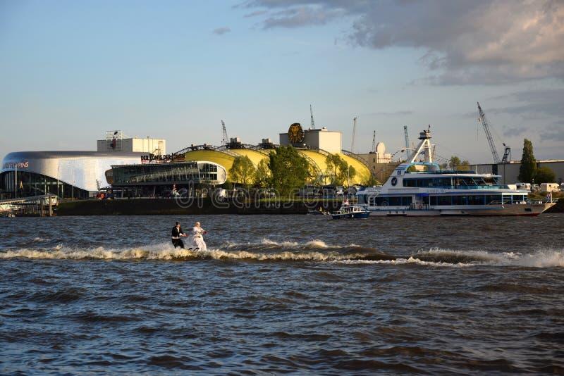 De waterski toont, Hafengeburtstag St pauli-Landungsbrucken royalty-vrije stock foto's