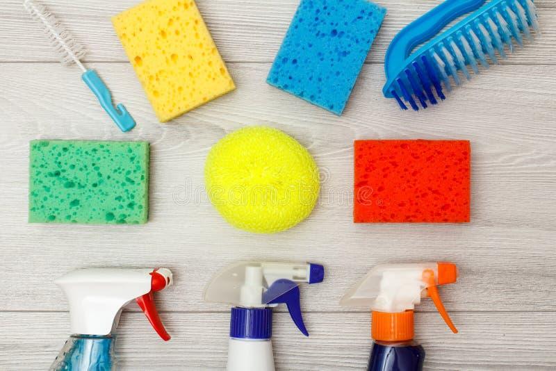 De waterspuitbussen, kleuren synthetische sponsen en stofborstels voor het schoonmaken stock fotografie