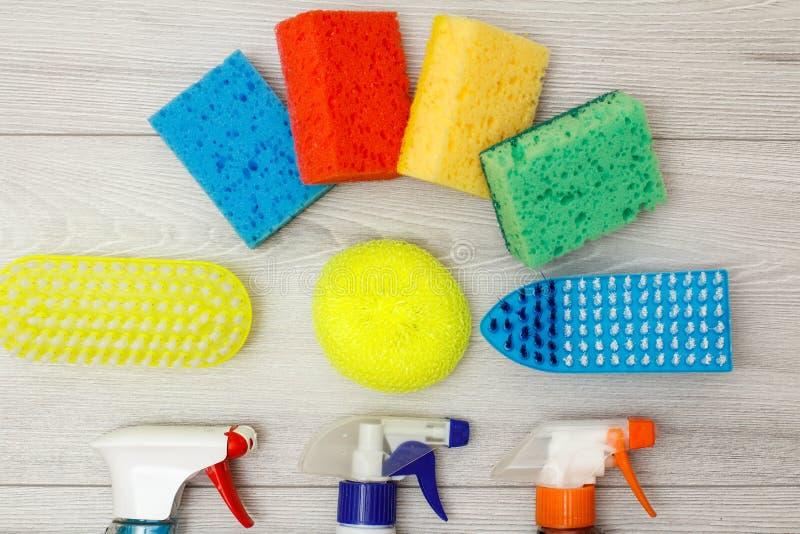 De waterspuitbussen, kleuren synthetische sponsen en stofborstels voor het schoonmaken royalty-vrije stock afbeeldingen