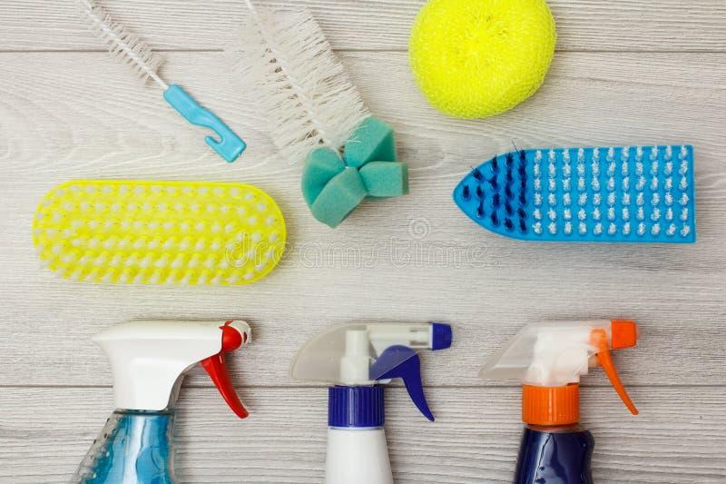 De waterspuitbussen, kleuren synthetische sponsen voor het schoonmaken en stofborstels stock afbeeldingen