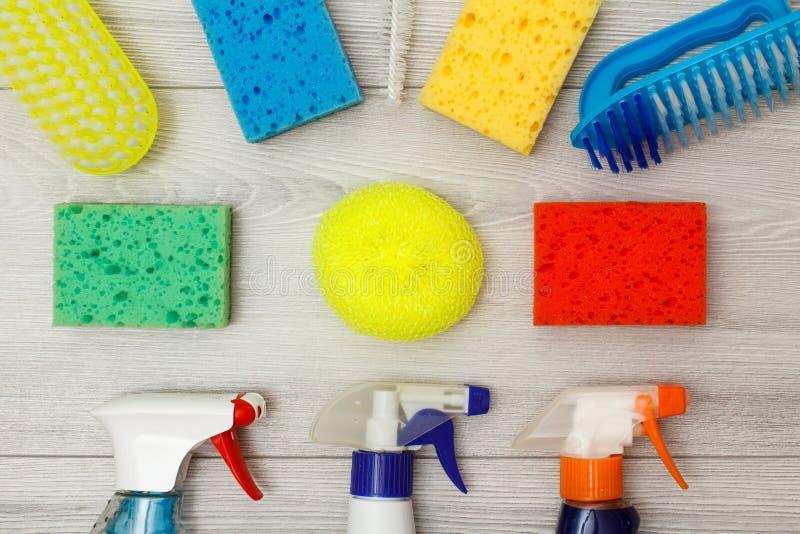 De waterspuitbussen, kleuren synthetische sponsen voor het schoonmaken en stofbr royalty-vrije stock foto