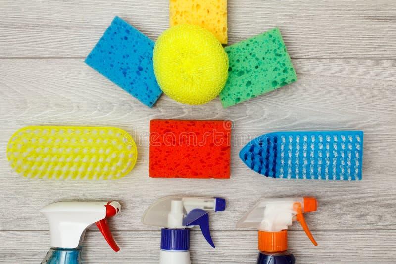 De waterspuitbussen, kleuren synthetische sponsen voor het schoonmaken en stofbr royalty-vrije stock foto's
