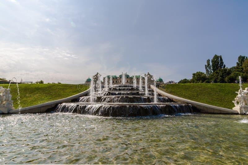 De waterstraal stroomt door de stenen stappen van de mooie kaasfontein in het park royalty-vrije stock foto's