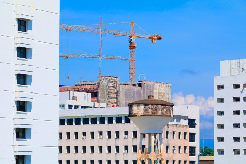 De watertank en Crane Tower in bouwwerf ontwikkelen binnen stad met exemplaarruimte toevoegen tekst royalty-vrije stock foto