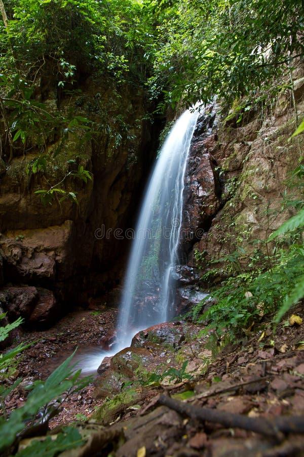 De waterval dichtbij Muang zingt, Laos stock foto's