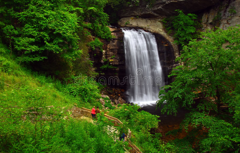 De waterval en de sleep van de berg stock foto's