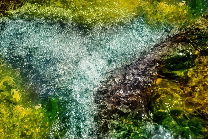De waterval is op de rivier stock foto's