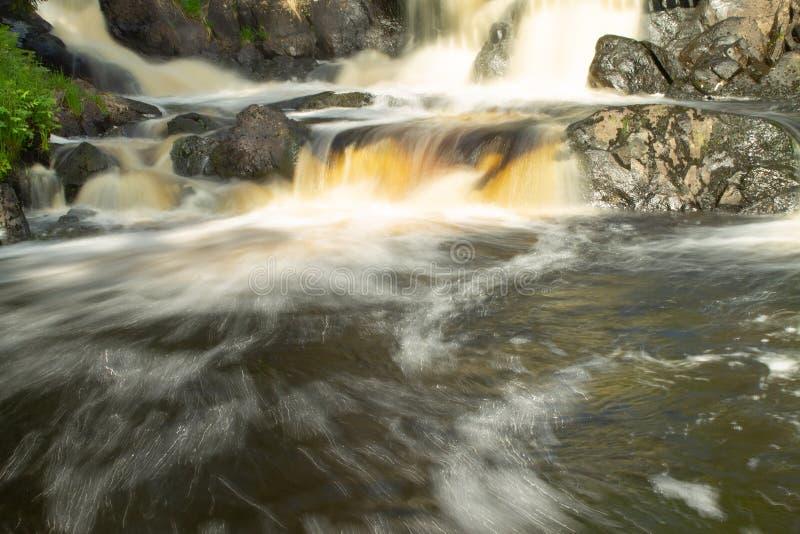 De waterval over graniet schommelt snelle waterstroom royalty-vrije stock fotografie